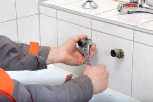 plombier réparant un robinet