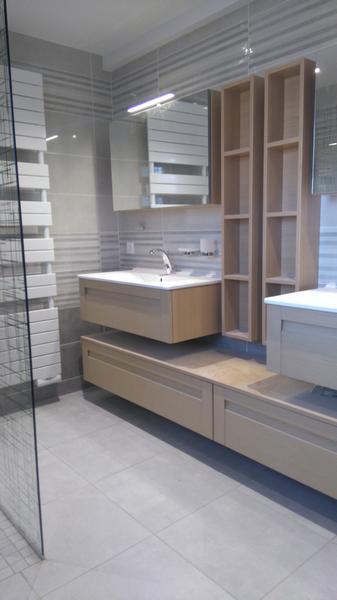 aménagement de salle de bains moderne avec meubles beiges