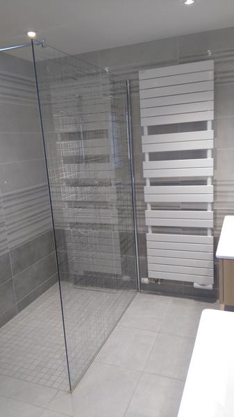 vue sur salle de bains avec douche à l'italienne et sèche serviette