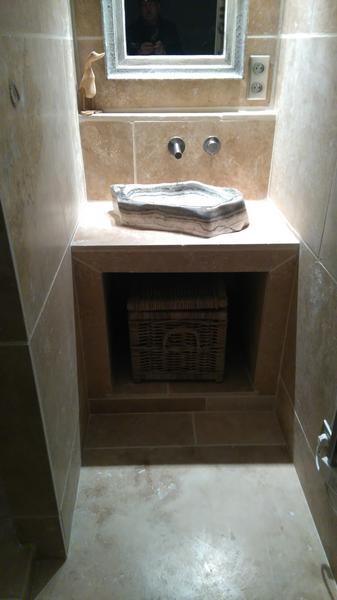 coin lavabo dans salle de bains moderne