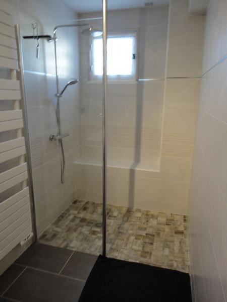 vue sur douche à l'italienne dans un intérieur de salle de bains